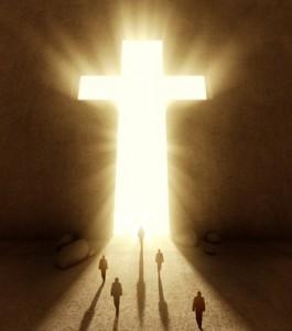Leute gehen zum Kreuz
